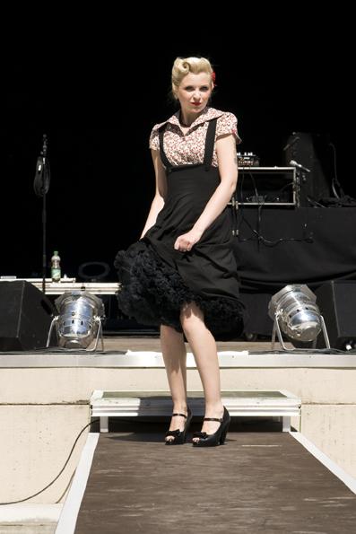 Erdbeerbluse von Miss Candyfloss, Trägerrock von Bettie Page Clothing